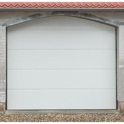 Garageport med automatik og 2 fjernbetjeninger 253 cm bred x 243 cm høj